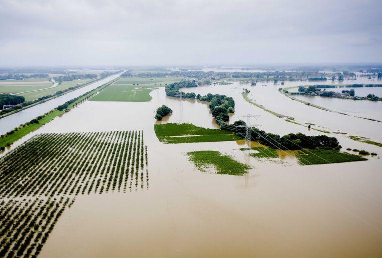 Dronefoto van de hoge waterstand bij het Limburgse gehucht Aasterberg. Door het hoogwater in de Maas is het gebied moeilijk begaanbaar.  Beeld ANP