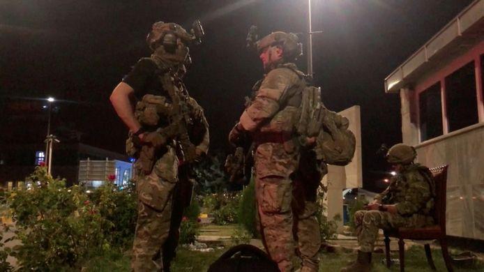 Amerikaanse troepen houden de wacht aan de luchthaven van Kaboel.
