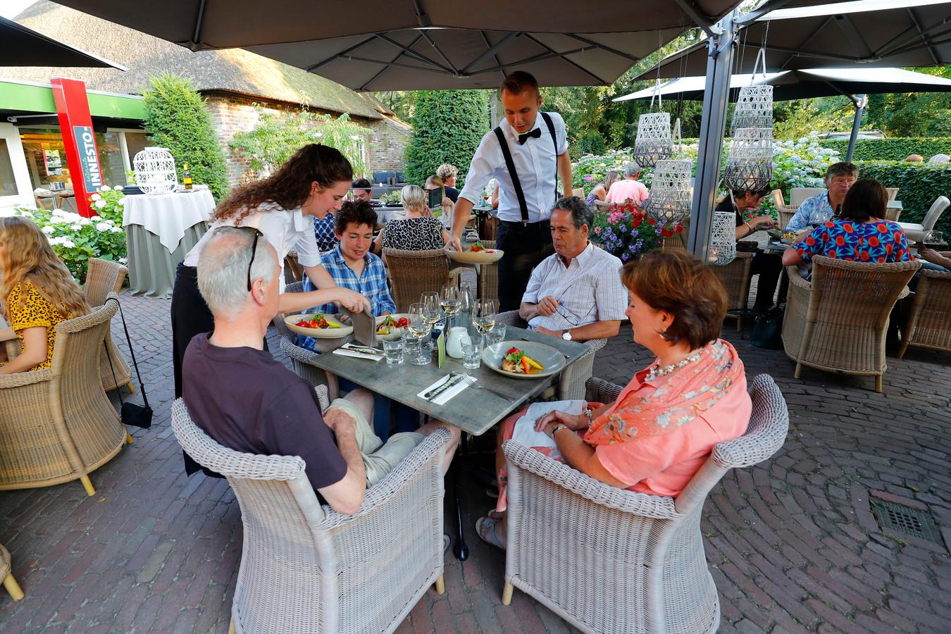 Onder de grote parasol van restaurant Innesto in Asten.