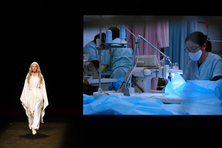 Een fotomodel tijdens een show van de Spaanse ontwerper Ortrura.  Beeld AFP