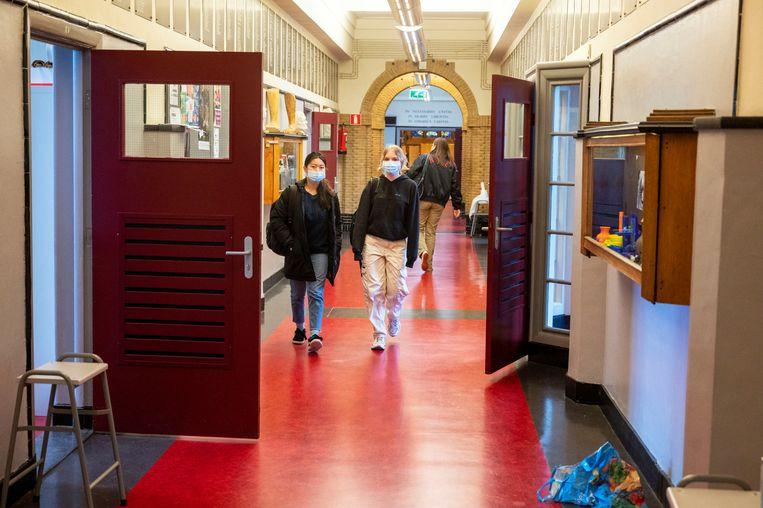 Leerlingen van het Amsterdams Lyceum dragen een mondkapje tijdens de inloop van de les. Beeld Hollandse Hoogte /  ANP