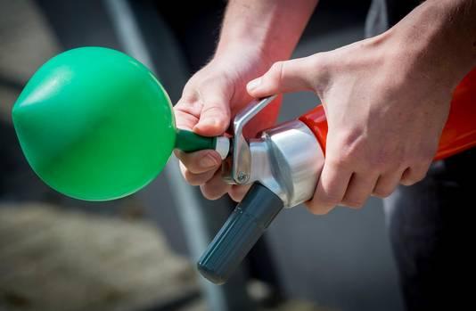 De jongeren gebruiken ballonnen om het gas uit de patronen in leeg te laten lopen.