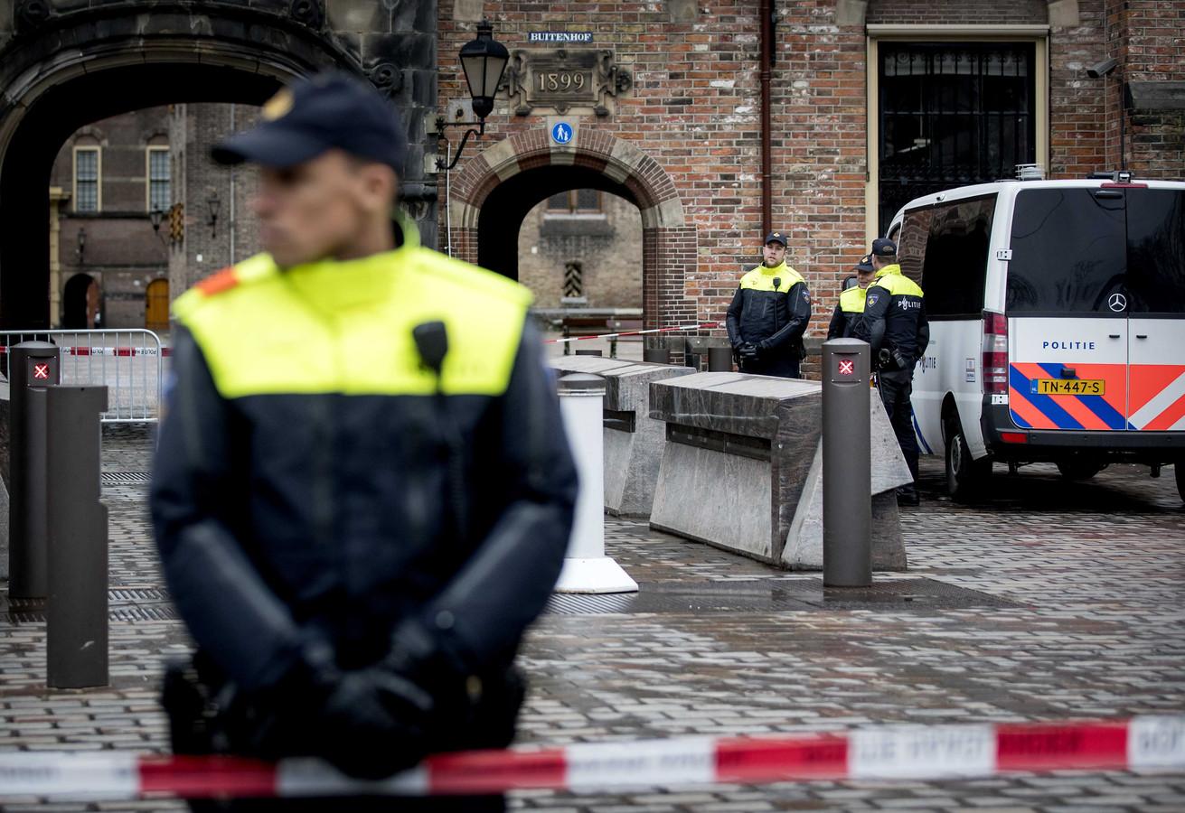 Politie en marechaussee staan bij de afsluiting op het Binnenhof vermoedelijk door een onbekende man die zich verdacht gedroeg. Later bleek het om  Ramon A.  te gaan, die met grote vleesmessen in zijn rugzak afreisde naar Den Haag om politici neer te steken