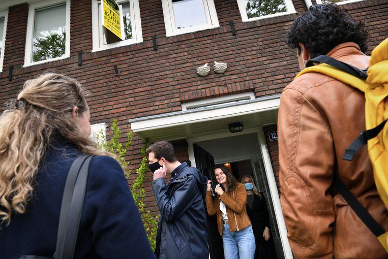 Bart en Hilde, de volgende belangstellenden staan al voor de deur. Beeld Marcel van den Bergh / de Volkskrant