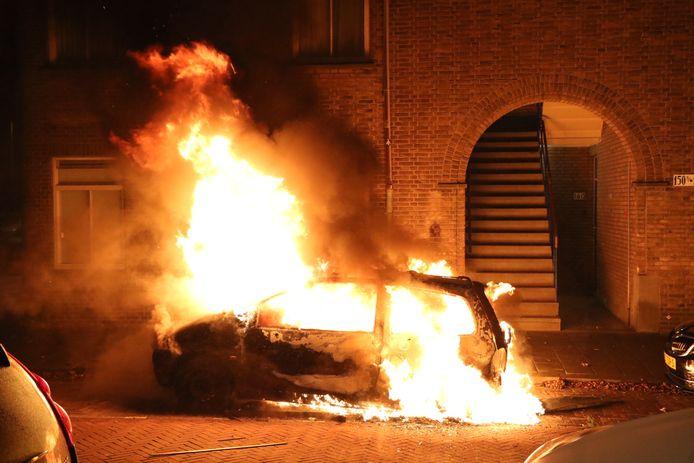 Auto in lichterlaaie aan de Van Ruysbroekstraat
