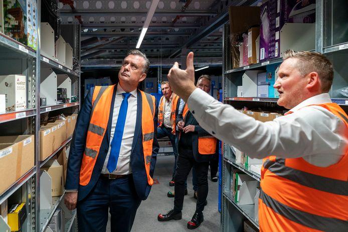 Emile Roemer op bezoek bij Bol.com in Waalwijk, dat door werkgevers een voorbeeldgemeente wordt genoemd.