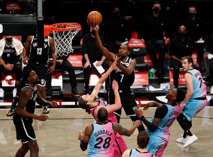 Kevin Durant (m) was tegen Miami Heat goed voor 31 punten.