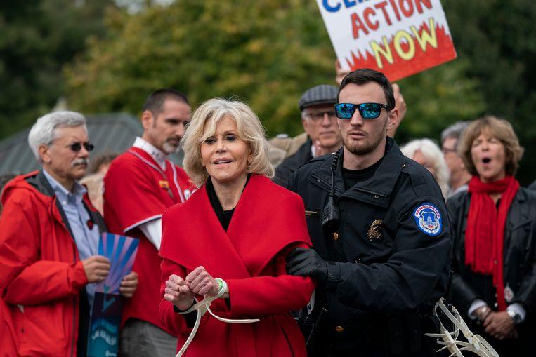 Op 1 november 2019 wordt Jane Fonda, hier 81 jaar oud, voor de vierde keer gearresteerd tijdens een klimaatbetoging op Capitol Hill, Washington. Ze brengt de nacht door in de cel. Beeld AP