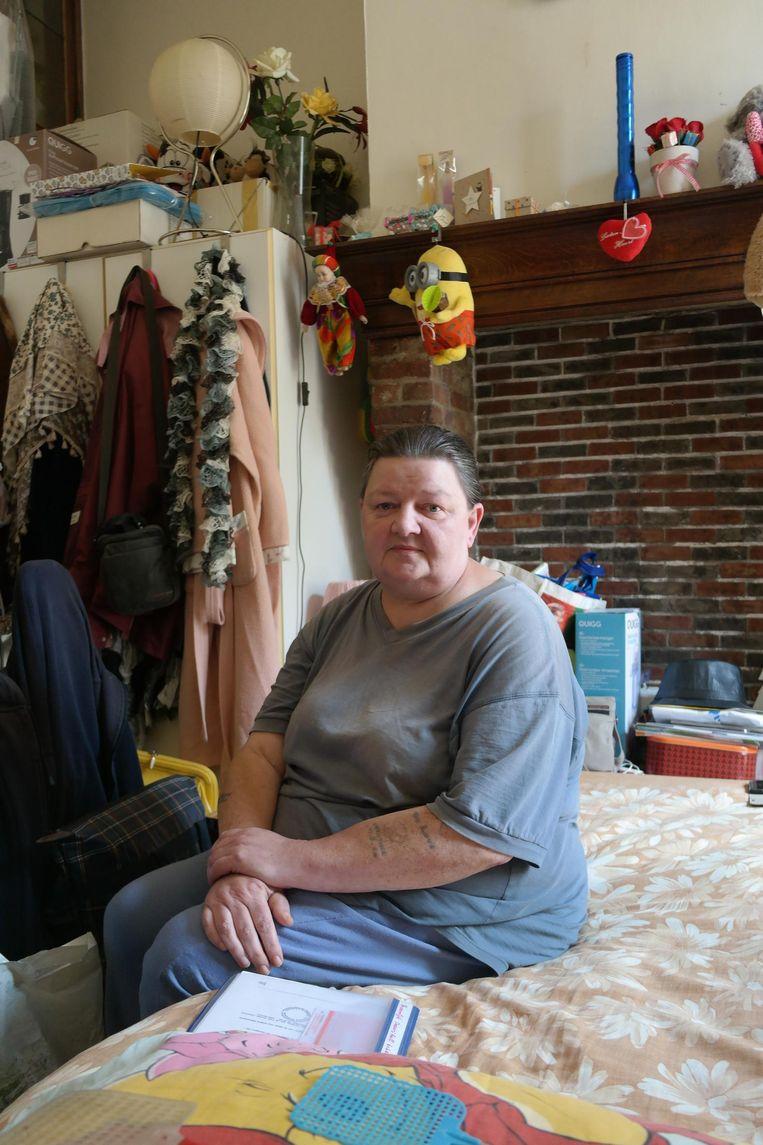 Christine (57) in haar woon- en slaapkamer.