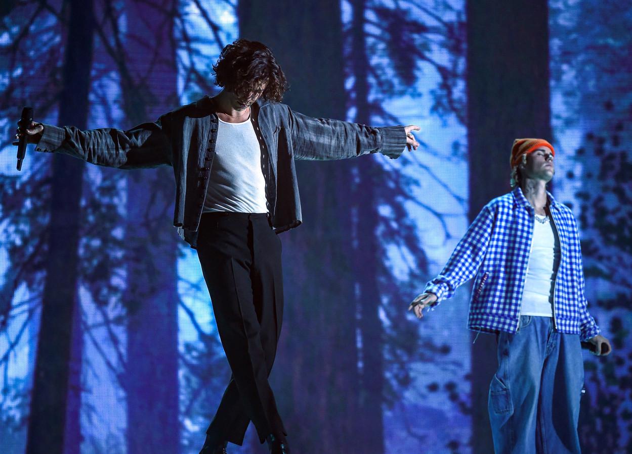 Shawn Mendes (links) en Justin Bieber bij de uitreiking van de 2020 American Music Awards in Los Angeles.