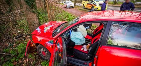 Auto raakt van rotonde en botst tegen boom in Nuenen