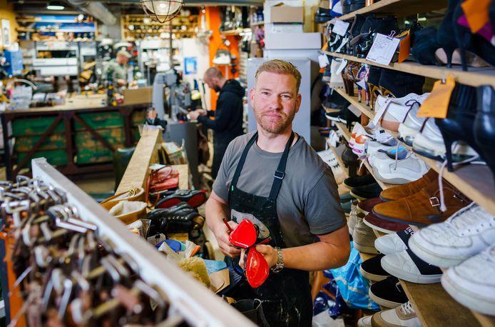 Volgens schoenmaker Ernst de Boer verdient een dure Louboutin aandacht, maar een zomersneaker net zo. 'Het is zonde en onnodig als schoenen snel worden afgedankt.'