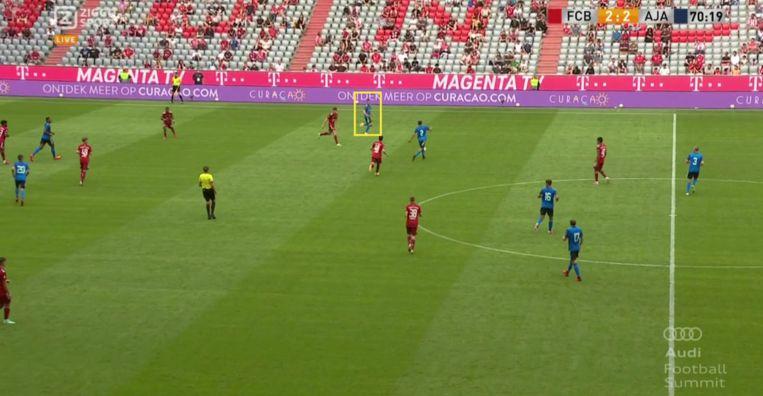 In dit geval komt Berghuis te vroeg 'in' de bal. Beeld Screenshot Ziggo Sport