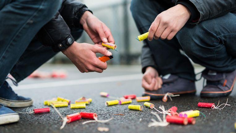 Volwassenen die vuurwerk afsteken op een verkeerde plek krijgen 100 euro boete. Beeld anp