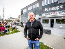 """'Ongehoorzame' horecabaas Hans laat klanten klapstoeltjes meebrengen: """"Ik ben blijkbaar de enige die zijn mond durft opendoen"""""""