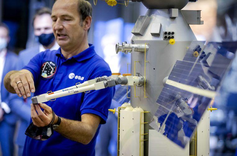 Een schaalmodel van de European Robotic Arm (ERA) wordt begin juli in het ruimtevaartcentrum in Noordwijk gedemonstreerd tijdens een bijeenkomst met staatssecretaris Mona Keijzer. Robotarmenhelpen bij werkzaamheden waarvoor astronauten anders risicovolle ruimtewandelingen moeten uitvoeren.   Beeld ANP