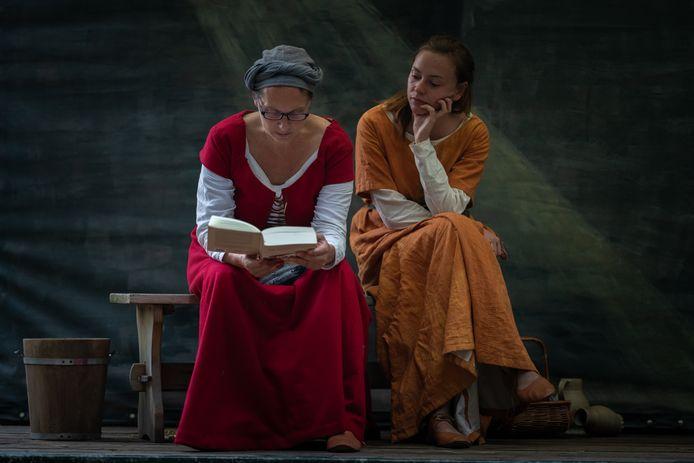 Manja Bedner (links) en Marloes IJpelaar spelen de rollen in De Heks van Almen.