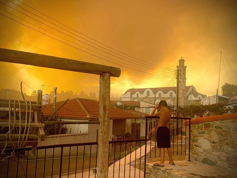 Cyprus kent een enorme brand. Beeld via REUTERS