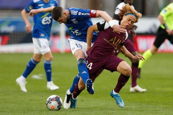 Xavi Simons bij zijn korte debuut in de Ligue 1 in duel met Stefan Mitrovic van Strasbourg.