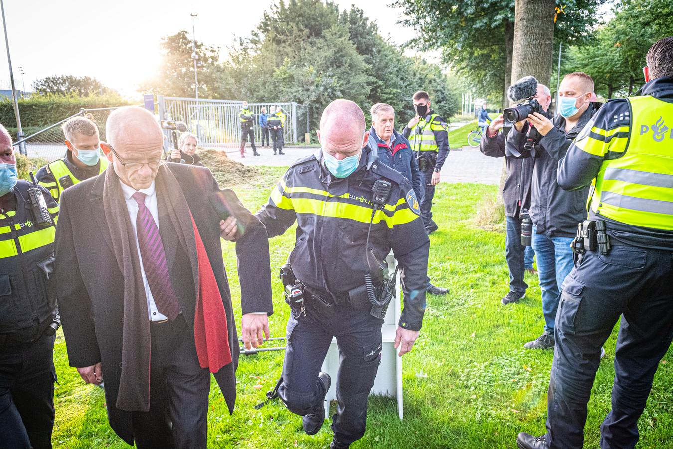 Vader Martin Mourik is vanochtend aangehouden toen hij wilde demonstreren tegen het gebruik van mondkapjes bij het Linde College.