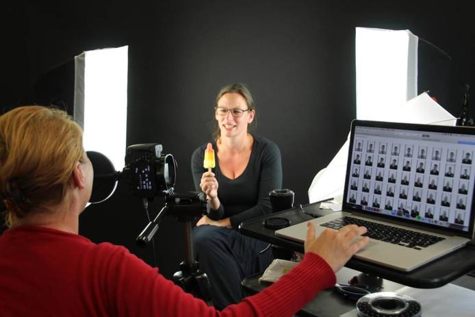 Annemarieke van Peppen fotografeert Joke Withagen. Ze zet mensen niet alleen op de foto, ze vraagt hun ook wat hen beweegt. foto Willem Jongeneelen