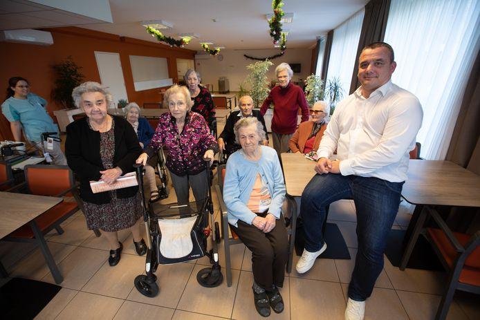 Directeur Bernd Schepkens, op de foto met enkele bewoners van Woonzorgcentrum Maasmeander, wil een rusthuishond.