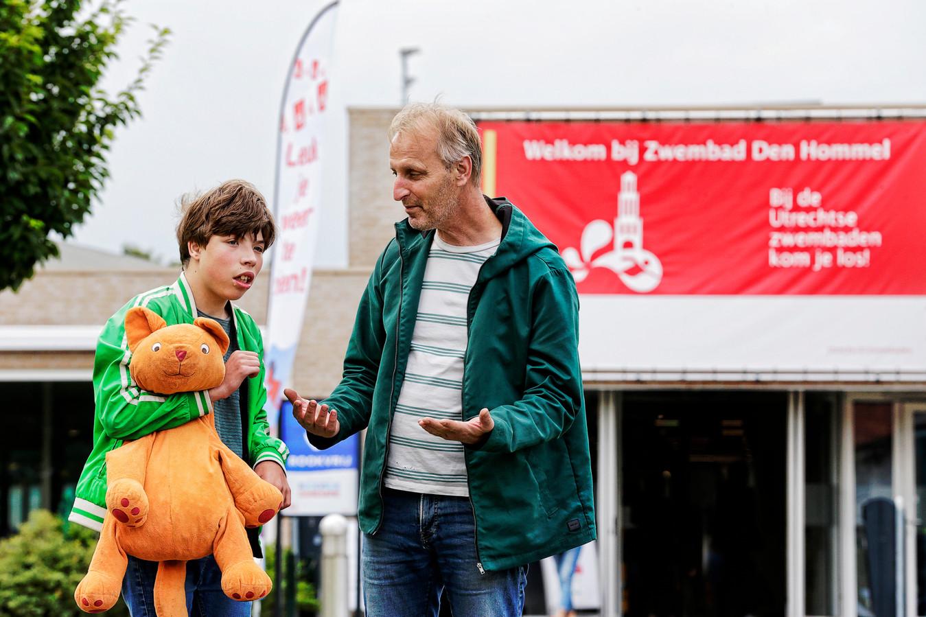 De gehandicapte Sep (13) met zijn vader Bas Agterberg voor de ingang van zwembad Den Hommel. Sep mocht onlangs niet in het zwembad, ondanks de aanwezigheid van een professionele begeleider.