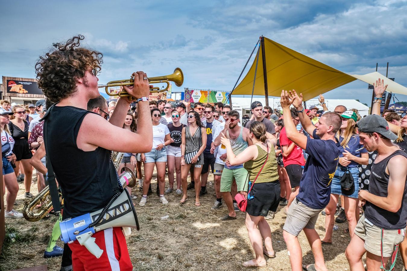 """Dergelijke taferelen zullen we ook dit jaar niet te zien krijgen in Dranouter: """"Geen full versie van Festival Dranouter 2021, wél de coronaproof Dranouter Zomersessies XL."""""""