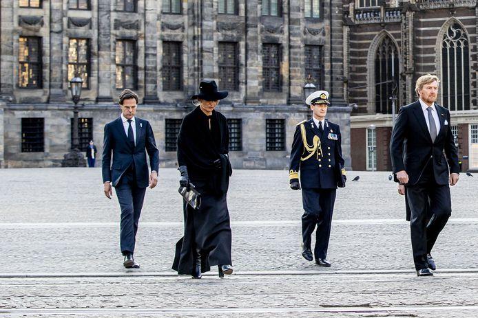 Koning Willem-Alexander en koningin Maxima leggen een krans tijdens de Nationale Dodenherdenking op de Dam. Ook dit jaar is er beslist geen volle Dam. En ook bij andere initiatieven elders in het land blijft het rustig.