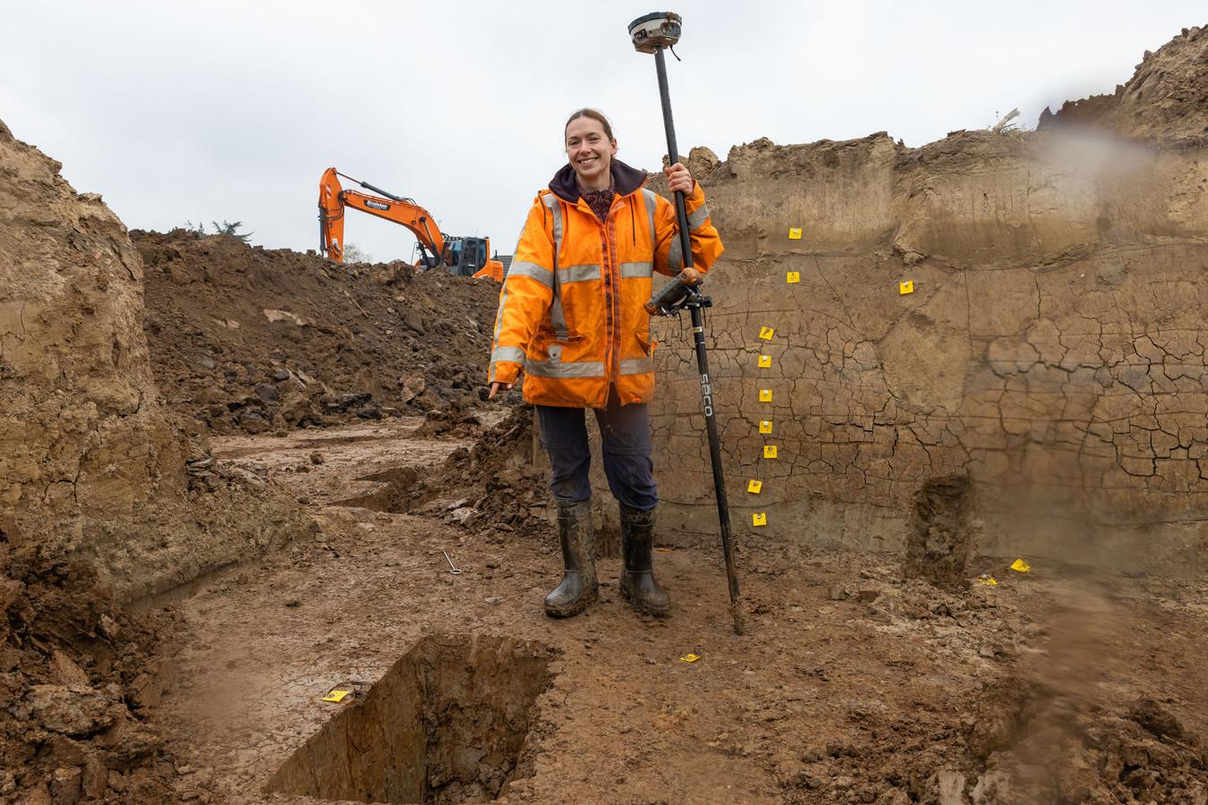 Archeologe Anne Huijsmans met meetapparatuur waarmee de opgraving exact in beeld wordt gebracht.