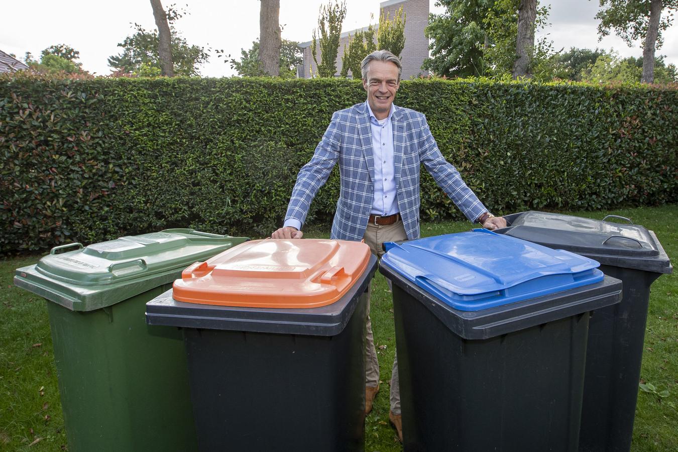 TT-2020-004387 ALMELO - Fractievoorzitter Fred Gerritsen van Fred Gerritsen van Democraten.Nu wil twee bakken (grijs en groen) overhouden. Plastic en papier kan volgens hem beter op andere wijze worden gescheiden.