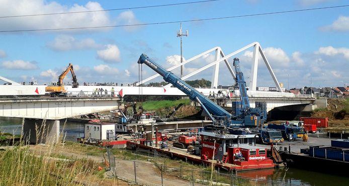 Vanaf zondagochtend was men druk in de weer met de afbraak van de brug over het Albertkanaal in Herentals