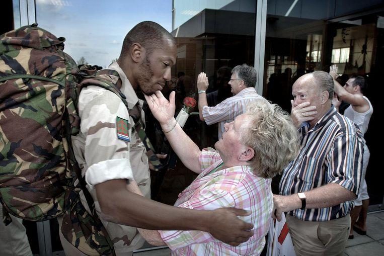 Eindhoven, 2006.Nederlandse militair wordt verwelkomd door zijn emotionele pleegouders na een missie in Uruzgan.  Beeld Joost van den Broek
