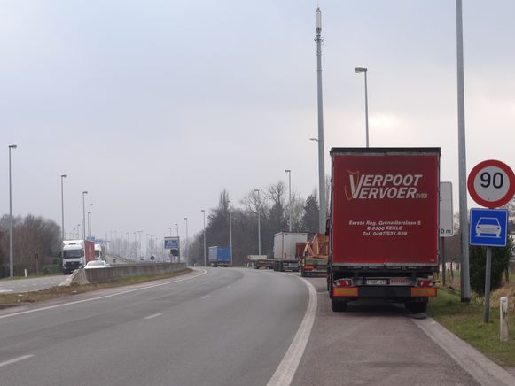 Geparkeerde vrachtwagens langs beide zijden van de R4, een dagelijks beeld.