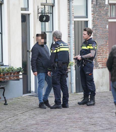 Buurtbewoners zien dat man heg in de fik steekt in Deventer, politie grijpt dader