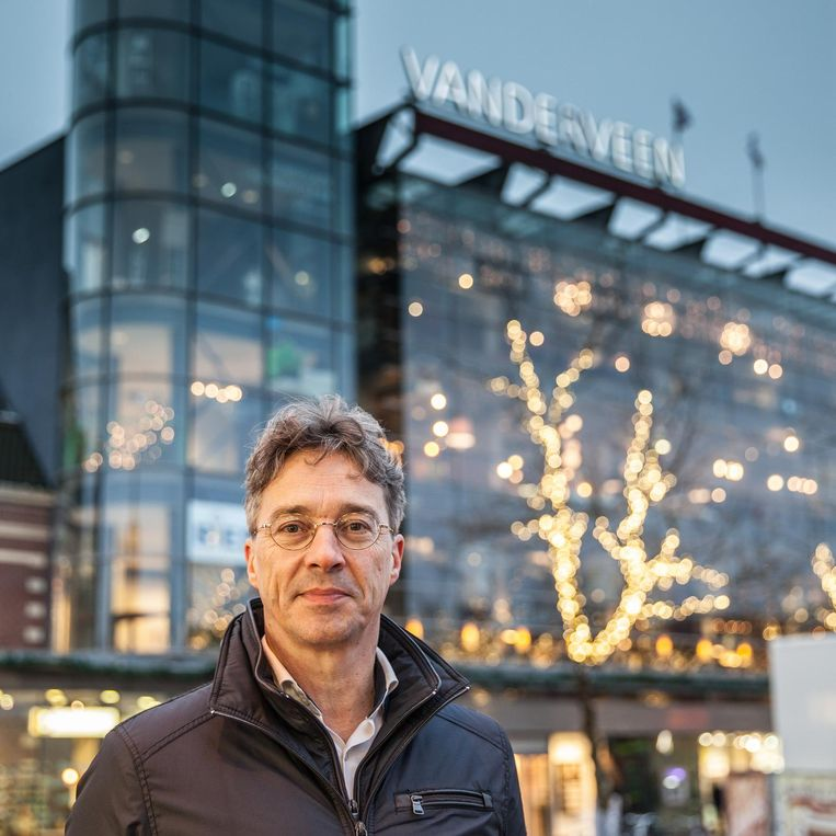 Nico Vanderveen voor het warenhuis Vanderveen in Assen. Beeld Harry Cock