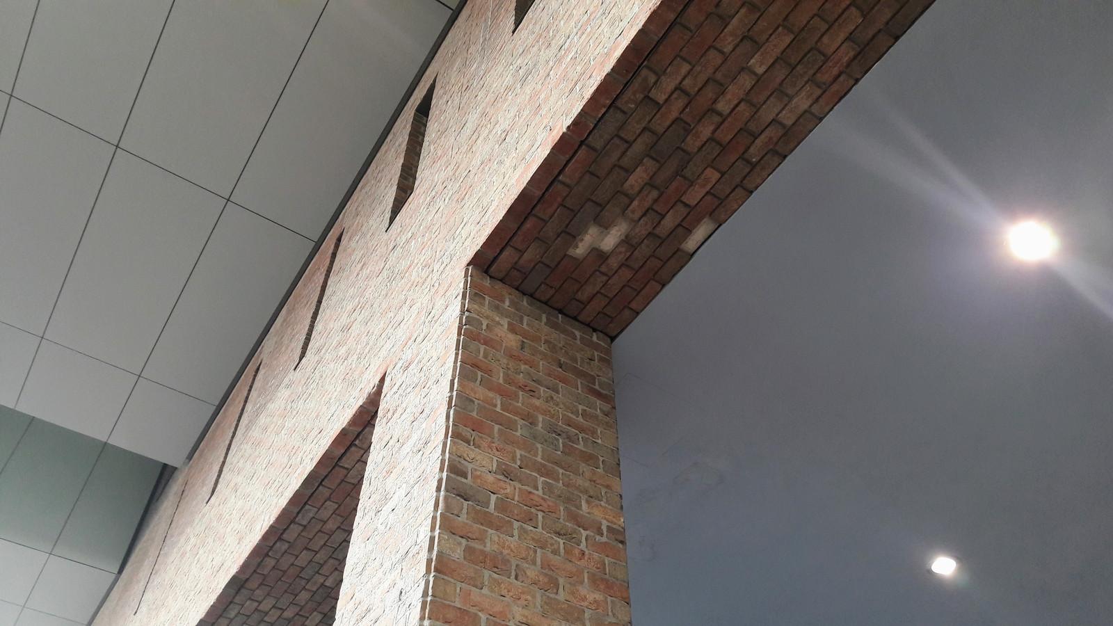 Eerst vielen er steenstrips naar beneden aan de centrumzijde van het station, daarna gebeurde hetzelfde aan de Belcrumzijde. NS breidt het onderzoek uit: ook de steenstrips aan het plafond van het busstation staan ter discussie.