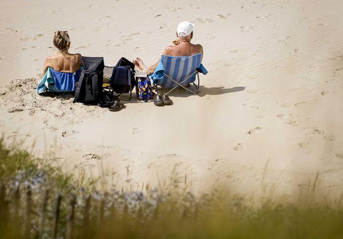 Dagjesmensen op het strand van Zandvoort.