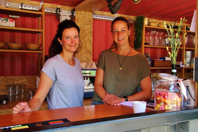 Caroline de Feijter (links) en Heidi Rensen in hun bar Barnisse.
