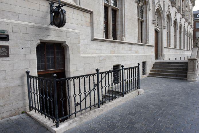 De toegang tot de raadskelder, bij het historisch stadhuis, aan de kant van de Grote Markt en Rijselsestraat
