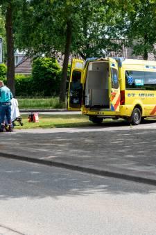 Fietser knalt op auto op Albert Schweitzersingel en moet gewond naar ziekenhuis worden gebracht