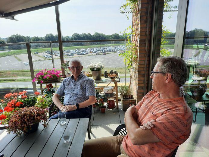 Nico de Groot (links) op het balkon van de woning van Kees Wintermans. Op de achtergrond het parkeerterrein van het ziekenhuis waar bijna vijfhonderd woningen komen. Daar weer voor de Randweg.