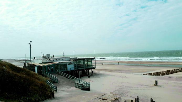 Strandpaviljoens mogen het strand gebruiken om hun terras uit te breiden.