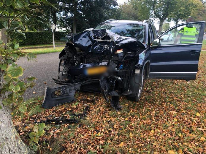 De auto raakte door het ongeval op de Keppelseweg (N814) in Wehl zwaar beschadigd.