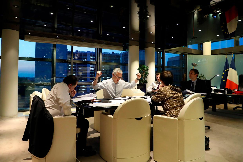 De Franse minister van Financiën Bruno Le Maire tijdens onderhandelingen voorafgaande aan de (digitale) Eurogroepvergadering. Beeld AFP