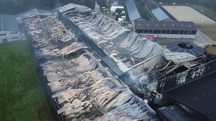 Een luchtbeeld toont de verwoesting bij het kippenbedrijf nog beter aan.