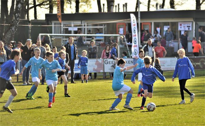 Tomeloze inzet tijdens een van de wedstrijden van het Voorjaarstoernooi van de PSV Renkum op Sportpark Wilhelmina in Heelsum.
