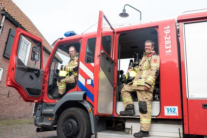 Ploegleider Dominic van de Velde (achter het stuur) en oud-bevelvoerder Peter Rentier van de brandweerpost Dreischor.