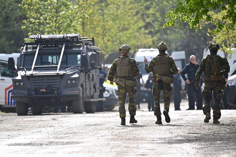 Tentara dan petugas polisi berkumpul pada hari ketiga pengejaran.  Gambar BELGA