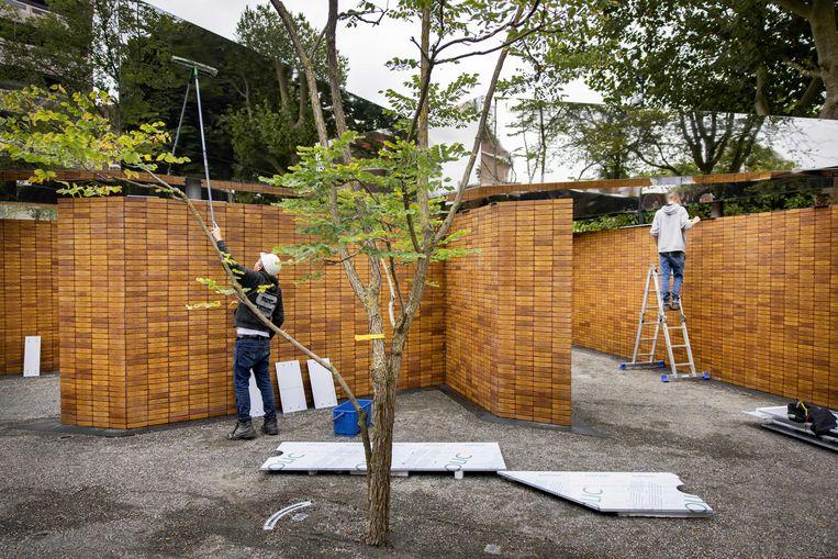 Het Holocaust Namenmonument in Amsterdam wordt klaargemaakt voor de officiële onthulling, zondag. Beeld ANP